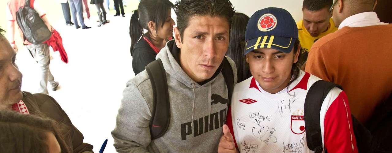 Diego Cabrera, goleador boliviano de Independiente Santa Fe firma autógrafos y se toma fotos con niños de una filial de la Escuela de Formación de Santa Fe.