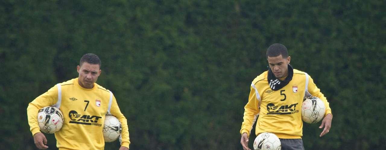 Luis Carlos Arias (i) y Yulián Anchico (d), por el momento alternativas en Independiente Santa Fe.
