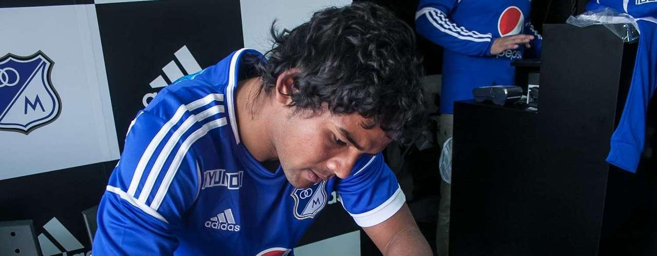 Los jugadores estamparon sus autógrafos en la nueva indumentaria y se tomaron fotografías