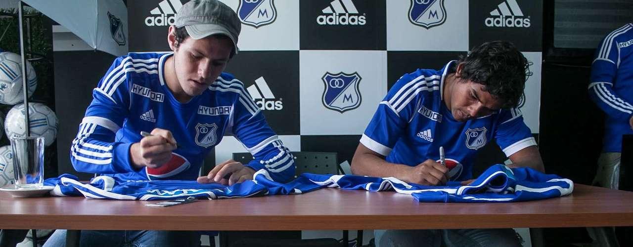 Concentrados y entregados a sus aficionados estuvieron los tres representantes de Millonarios en la firma de autógrafos. Una y otra camiseta desfilaron por la mesa central para que quedran grabadas sus firmas en los atuendos.