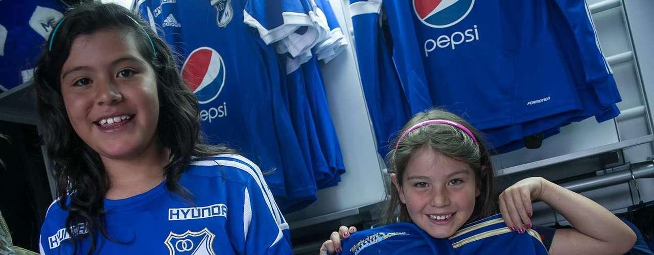 Fueron cientos de hinchas los que se acercaron a la tienda azul para adquirir la nueva camiseta del equipo pero en especial para tener contacto, hablar y hasta discutir algunos temas con los jugadores presentes