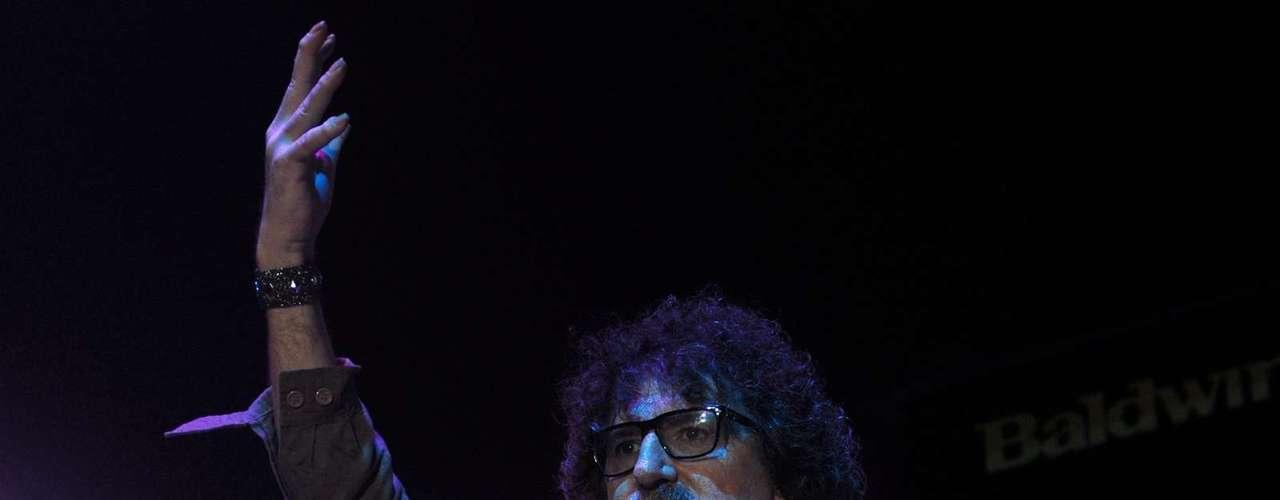 """Emoción y nostalgia fueron los componentes principales del concierto de Charly García en el Jockey Club de Lima. Ante un público de todas las edades, el veterano rockero argentino hizo un amplio recorrido a sus 45 años de trayectoria con sus hits más recordados. Al escuchar repetir sus estribillos, el artista del bigote bicolor devolvía con fascinada mirada un esporádico y sentido """"muchas gracias"""". Si bien la voz de García ha sufrido el paso de los años y los excesos, su banda The Prostitution se encargó de arroparlo y ejecutar sus clásicos de manera brillante."""