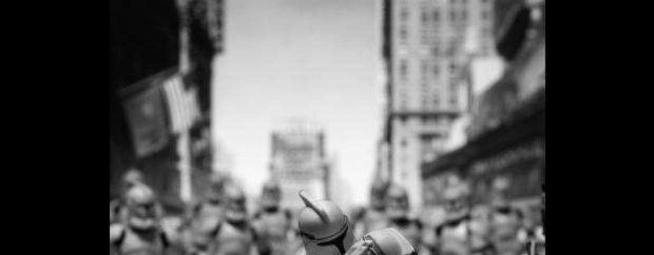 'El beso clonado', basado en la famosa foto de 'El beso', tomada por Alfred Eisenstaedt tomada durante un desfile en Nueva York.