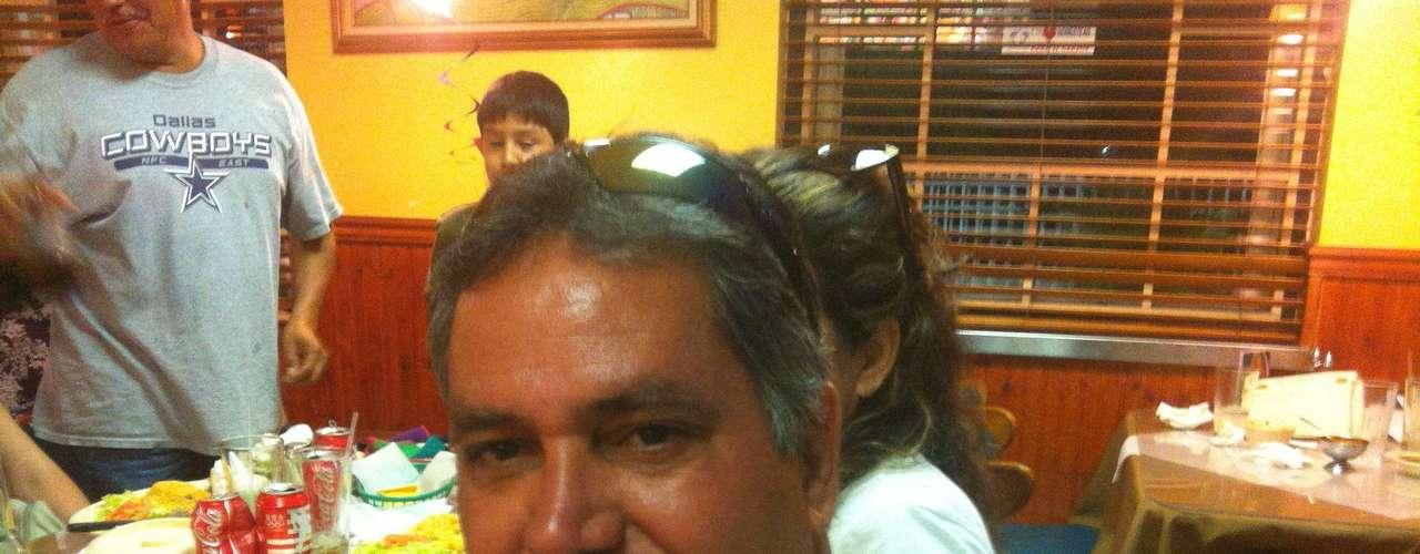 """Martin Hernández, quien vive hace más de 30 años fuera de México, no sabe por quién votaría. """"No sé mucho de elecciones, llevo mucho tiempo fuera de México, yo dedico mi tiempo libre a pasear a mi esposa"""", indica."""