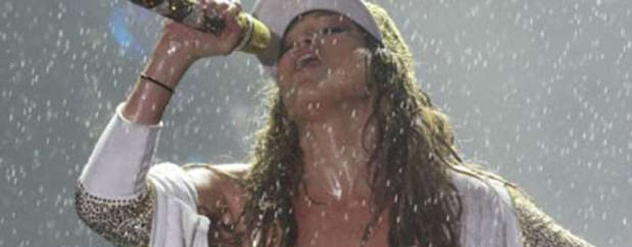 A Jennifer López nada la detiene. Bajo una fuerte lluvia, la estrella brindó un show bien caliente en el Centro de Convenciones de Recife, Brasil , donde los principales protagonistas fueron sus abdominales de acero.