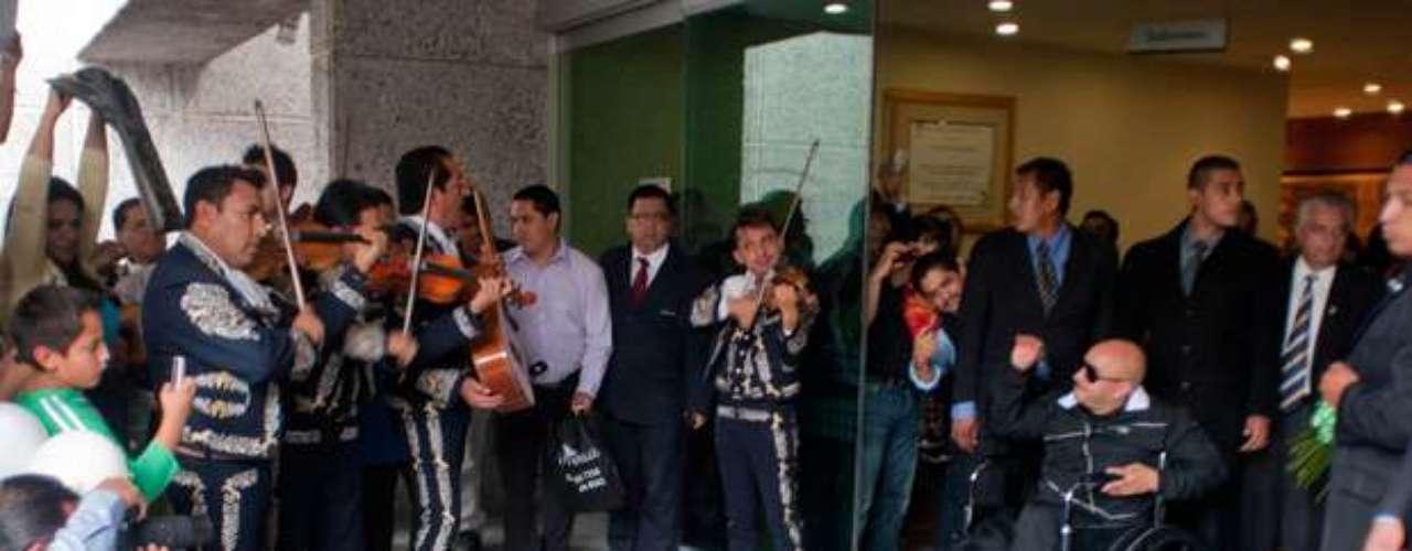 Lupillo Rivera, fue recibido con mariachis a su salida del Hospital Metropolitano, después de la operación de rodillas a la que fue sometido.
