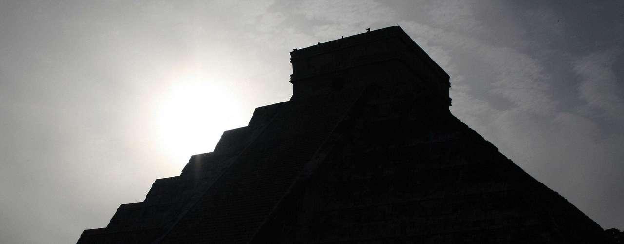 Aunque no se ha podido establecer claramente una relación certera entre la cultura maya y los extraterrestres, se dice que hubo una visita por parte de estos seres del espacio a la antigua civilización, la cual también es la base de la predicción del 21 de diciembre de 2012, que predice el retorno de los alienígenas.