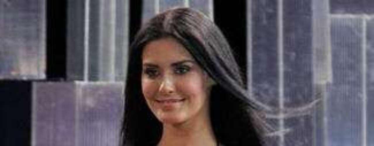 Sofia Rudieva. Poco después de que recibiera la corona de Miss Rusia 2009, varios medios publicaron imágenes en las que aparecía semidesnuda, supuestamente antes de obtener la mayoría de edad. Este hecho incomodó al comité organizador, que prefirió arrebatarle su corona.