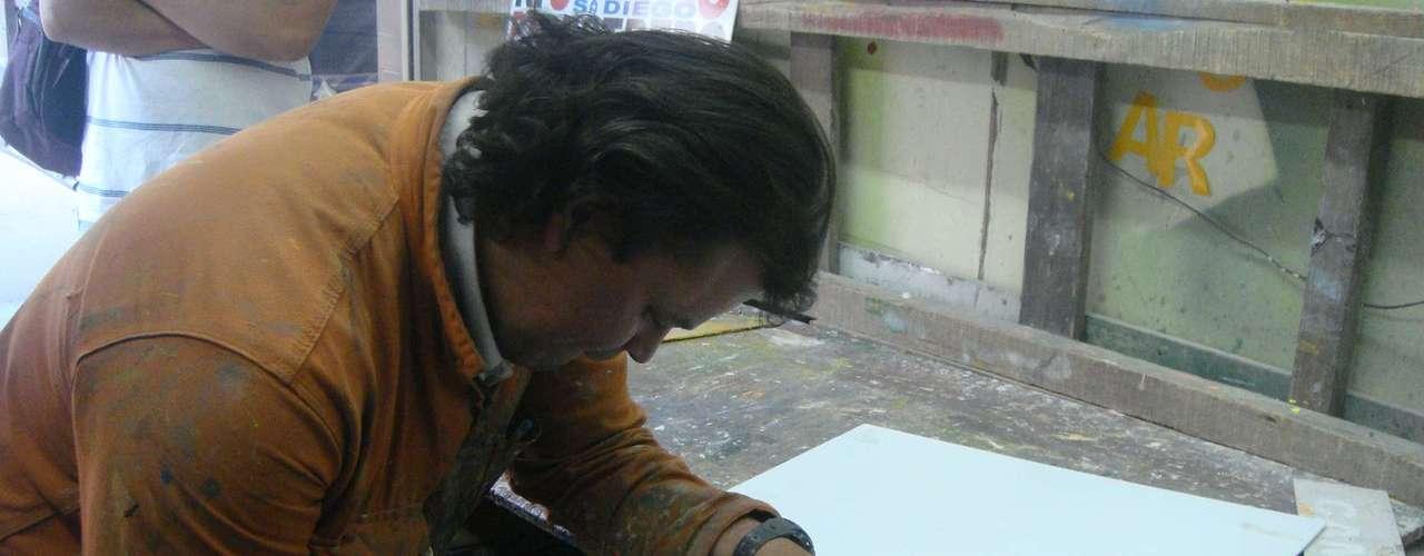 Lleva más de 15 años trabajando con madera y unos 20 de haberse graduado como profesional en carpintería en el Sena.
