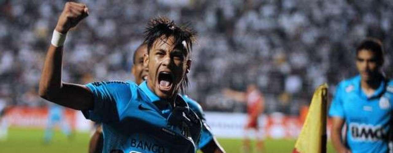 La máxima estrella del fútbol en Brasil, es el joven delantero de Santos, Neymar. Muchos pensaron que se iría a Europa, pero aun sigue brillando en el torneo de su país natal