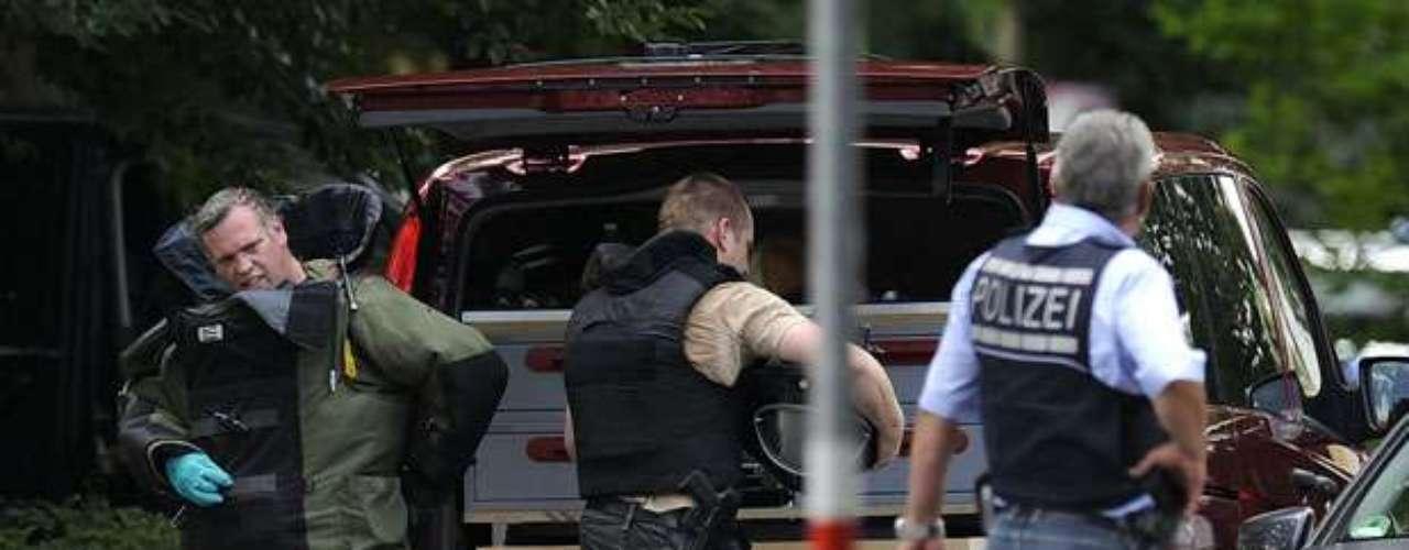 El secuestrador estaba amenazado de expulsión forzada de su apartamento. El hombre, que no fue aún identificado, estaba fuertemente armado. La cadena de informaciones N-TV aseguró que estaba en posesión de granadas.