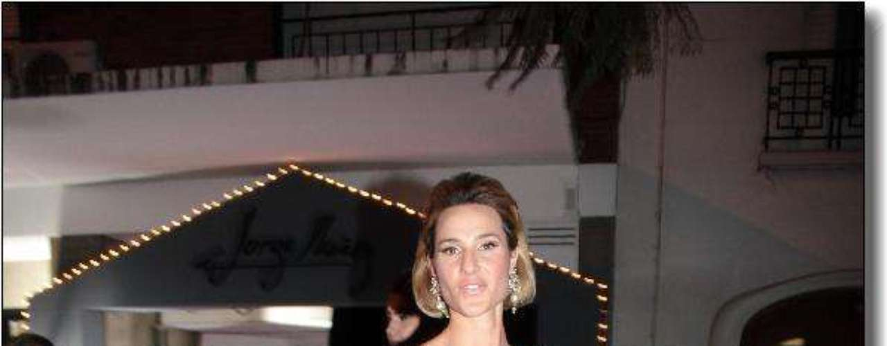 Lara Bernasconi lució un vestido azul con zapatos al tono.