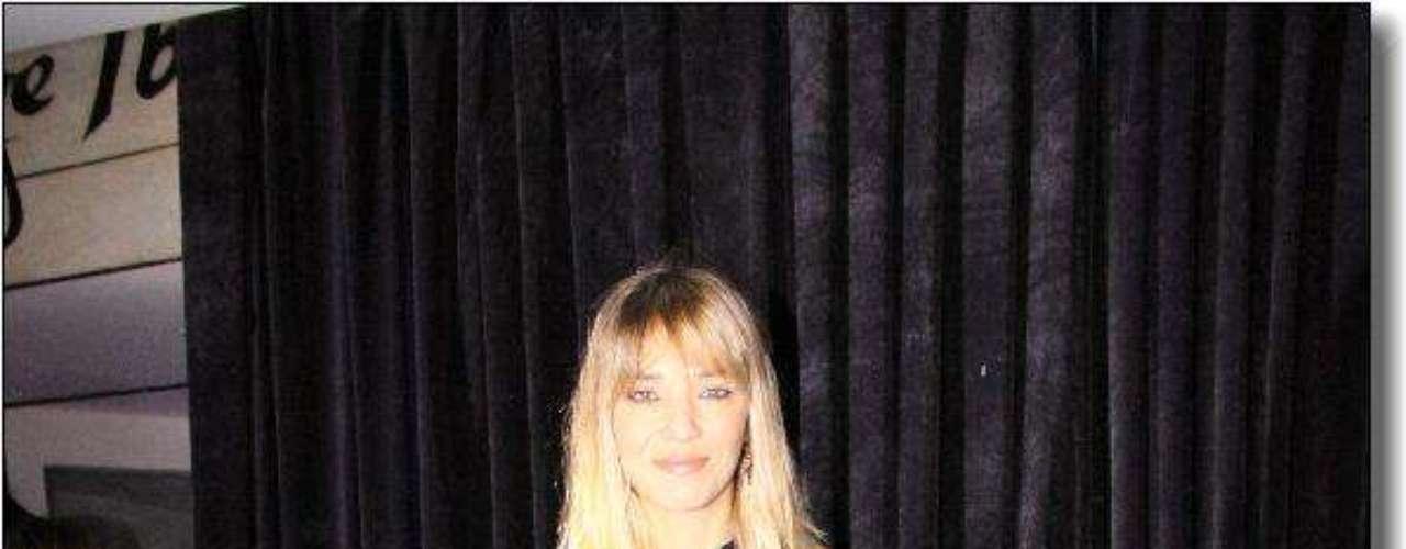 Lorena Ceriscioli posó ante las cámaras con un pantalón negro de terciopelo y una camisa de gasa y transparencia en las mangas.