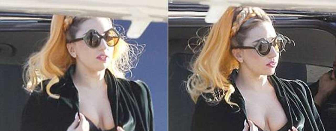 Como que a Lady Gaga se le olvidó ponerse una camisa, pues aunque intentó ocultarlo, fue captada usando sólo un brasier, cuando salía del aeropuerto de Melbourne, rumbo a Perth para continuar con el \