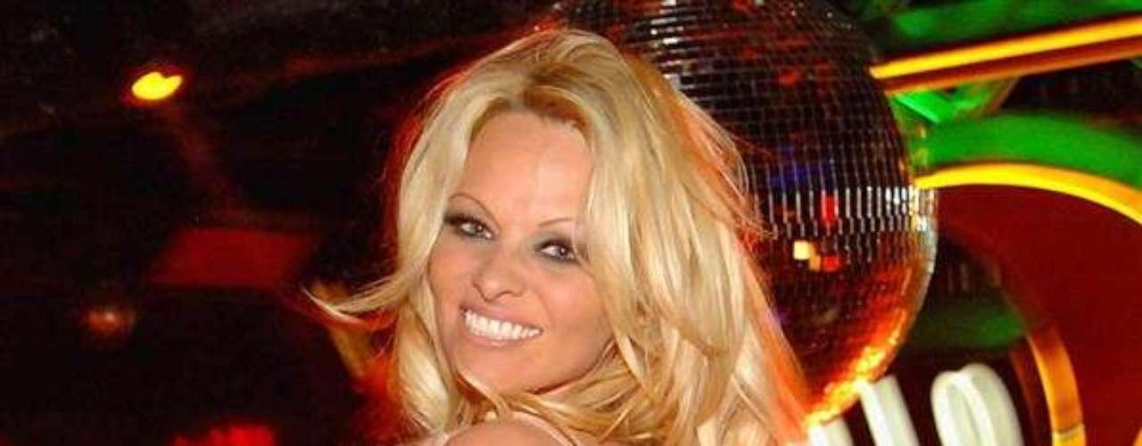 Pamela Anderson. En abril del 2008 la reconocida exvigilante se convirtió en nueva ciudadana de los Estados Unidos. La celebridad, de origen canadiense,  tomo esta decisión para votar en las elecciones de este país y para poder ejercer con más presión sus campañas a favor de los derechos de los animales, junto a la organización PETA.