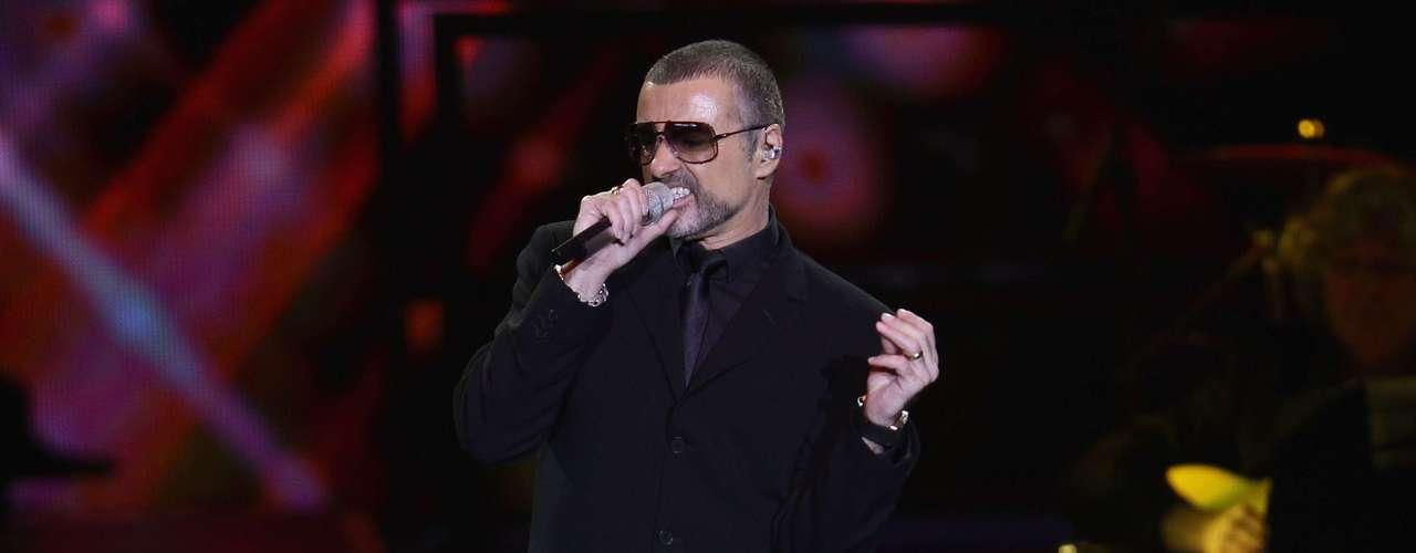 George Michael: Después de haber sido captado en situaciones evidentes en un baño de Los Angeles, el músico aceptó ser gay en el año 1998 y dijo que no lo había dicho antes por las posibles reacciones que tendría su madre.