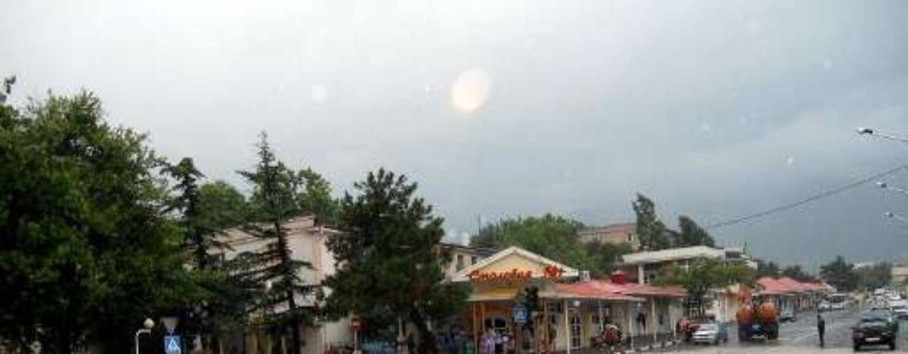 Una corriente de lodo y agua barría las calles de algunas ciudades en la región de Krasnodar, en algunos casos a la altura de un metro (3 pies). En algunas zonas los residentes maniobraban en botes. Unas 5.000 viviendas fueron inundadas, dijo el gobernador de Krasnodar según la agencia noticiosa Interfax.