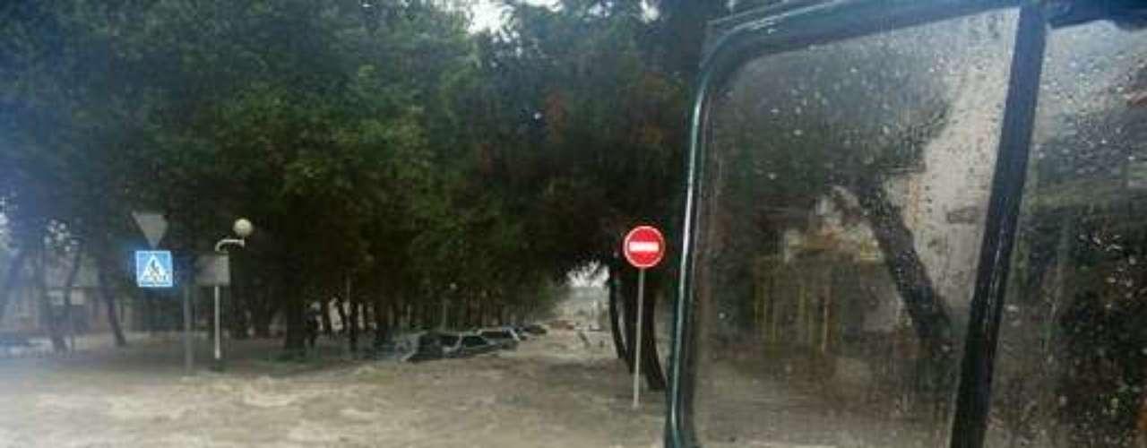 El servicio noticioso RIA Novosti dijo que cinco personas murieron electrocutadas por descargas eléctricas en la ciudad de Gelendhik, junto al Mar Negro, cuando un transformador cayó en el agua. A las 10 de la mañana del sábado habían caído más de 28 centímetros (11 pulgadas) de lluvia en Gelendzhik, informó el servicio meteorológico estatal.