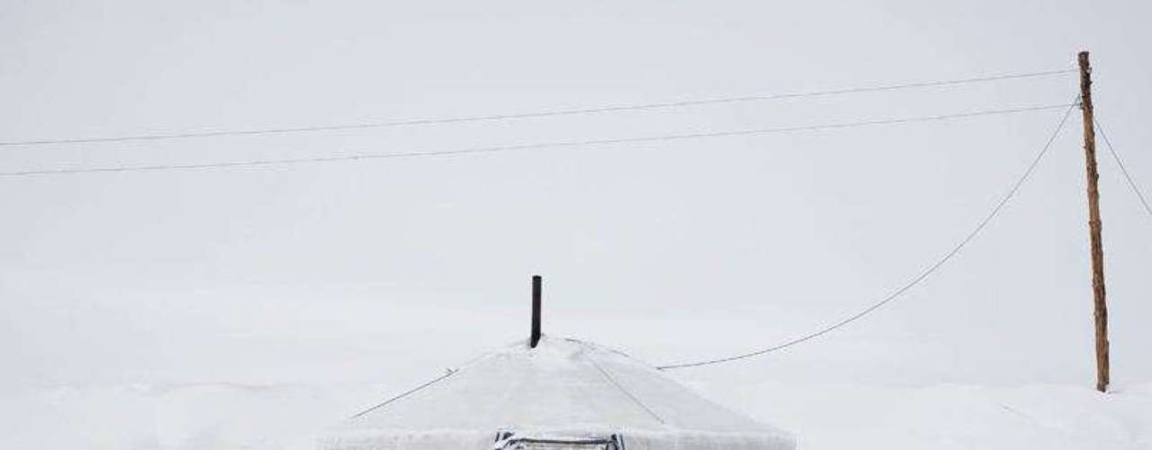 Un gher (tienda tradicional) sepultado por la nieve. Fue abandonado por una familia de pastores después de una tormenta de nieve en las proximidades de la aldea de Ulziit. A pesar de los duros inviernos de la provincia de Arkhangai, la familia Tsamba aún vive allí. Mongolia es un país extremadamente pobre: el 20% de la población vive con 1,25 dólares al día y el 30% sufre de desnutrición.
