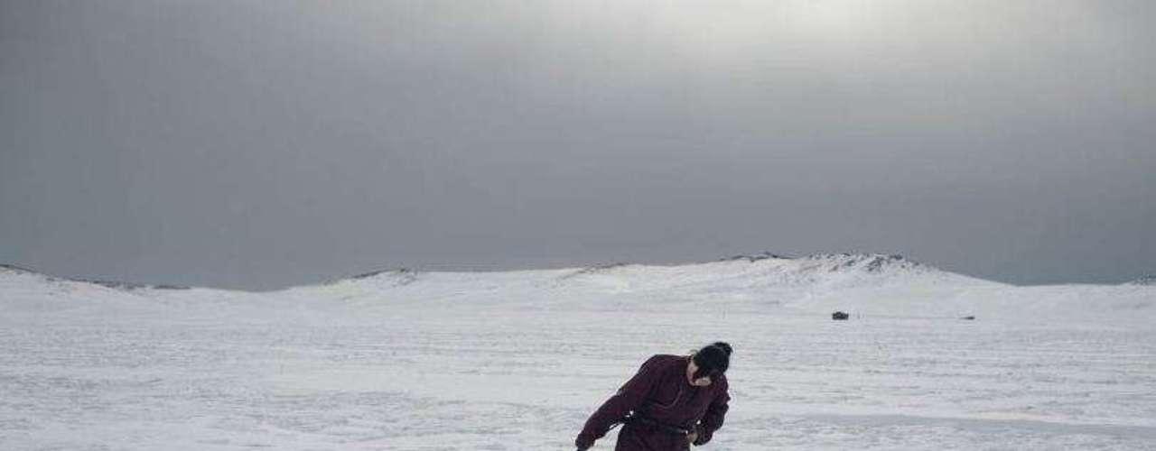 Erdene arrastra una oveja muerta a causa del frío hacia un pequeño cementerio cerca de su yurta. El trabajo de Grassani forma parte de un ambicioso proyecto sobre las denominadas migraciones medioambientales o desplazamientos de población debido al cambio climático. Según Naciones Unidas, en 2050 habrá 200 millones de personas que, a causa del cambio climático, abandonarán las áreas rurales y se desplazarán a las ciudades.