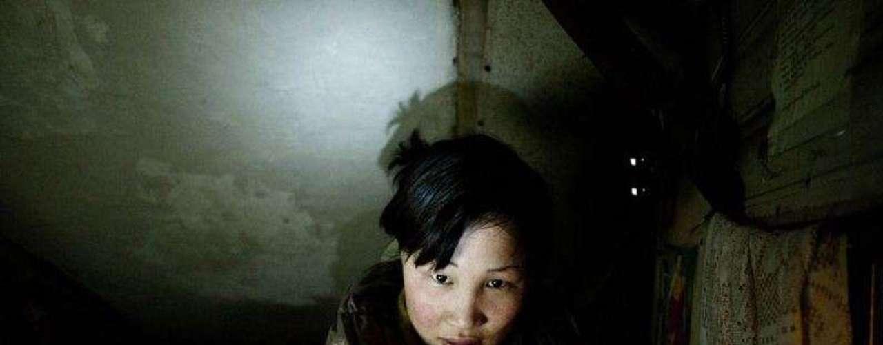 Dyun está embarazada pero su novio le ha dejado y está sola. Su madre es vigilante en un piso donde viven hacinados en una habitación bajo la escalera del edificio de apartamentos en el que trabaja. Deben pagar una pequeña renta que les permite guardar algo de dinero para comida. Su padre ha sido pastor toda su vida, es analfabeto y no sabe ejercer otro trabajo.