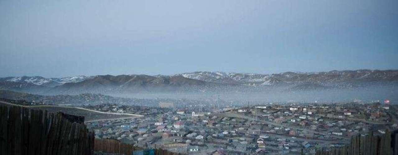 Ulán Bator, vista del distrito Gher. En Mongolia, casi la mitad de la población vive en la capital que cuenta con más 1,2 millones de habitantes. La mitad de los ciudadanos de Ulán Bator habitan en un suburbio de la periferia conocido como distrito Gher que toma su nombre de la tienda nómada tradicional, yurta o gher en mongol, y que puede verse por toda la ciudad. En los últimos 20 años, la población de la capital se ha duplicado. La reciente migración por motivos medioambientales ha traído consigo un alto nivel de desempleo, pobreza y condiciones sociales inhumanas. (Textos: BBC Mundo)