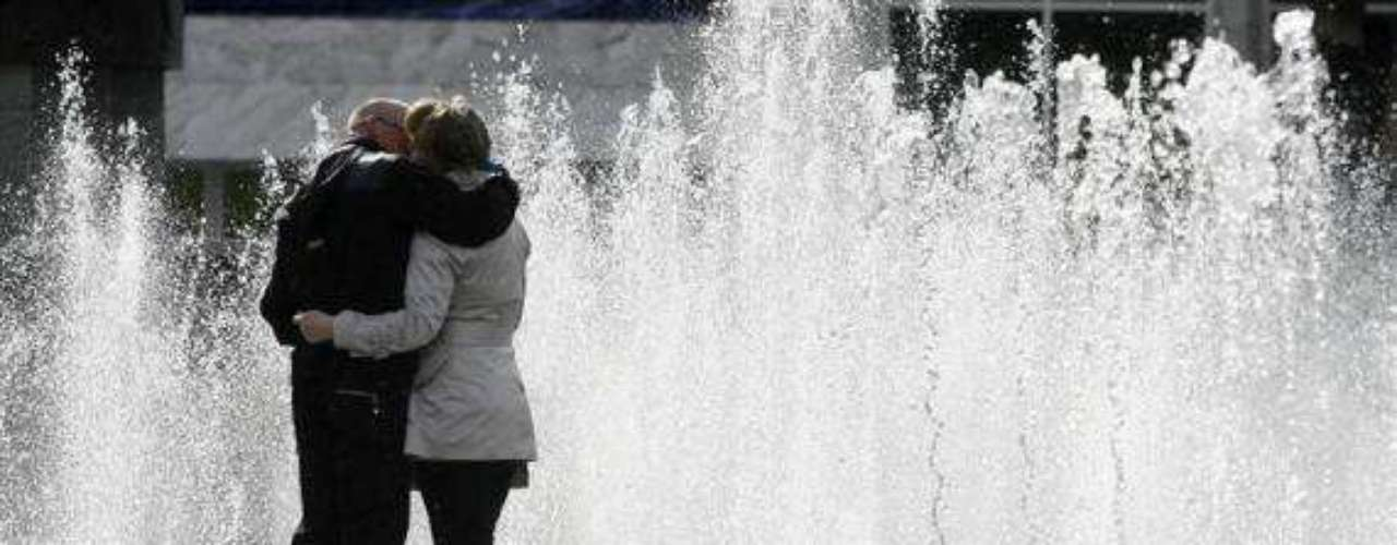 Un beso rodeado de agua.