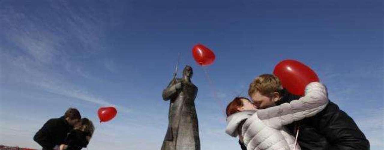 En Rusia, una cadena de televisión organizó un flashmob de besos para celebrar el Día de San Valentín.