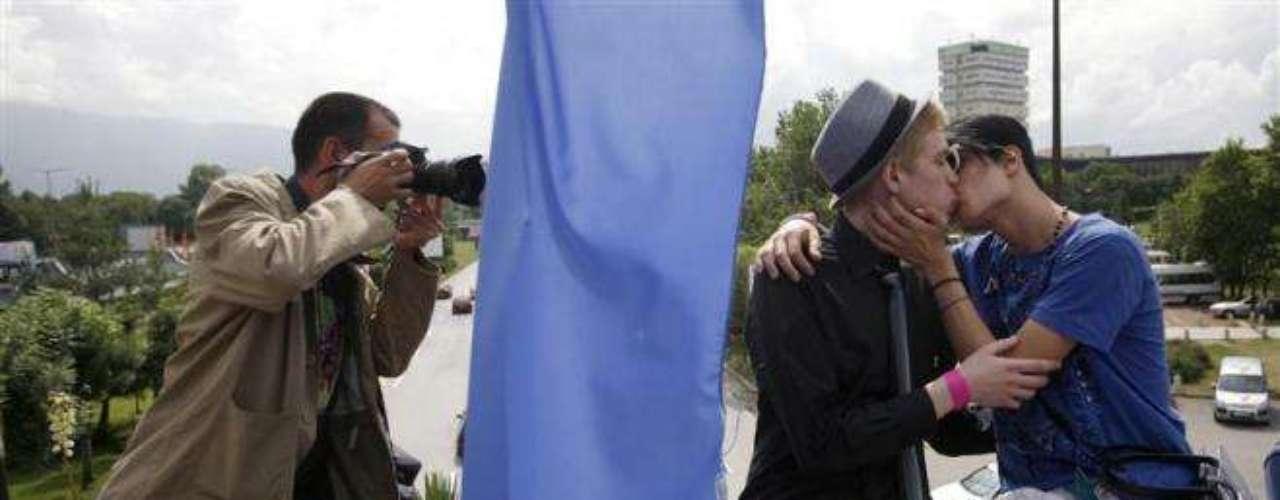 Un fotógrafo capta el beso entre dos hombres durante el Rainbow Friendship Rally de Bulgaria.