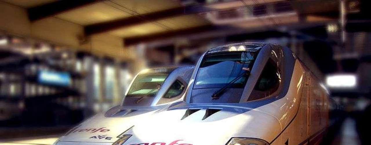 En España disfrutan desde 1992 del AVE (Alta Velocidad Española), que es la marca comercial utilizada por la compañía ferroviaria española Renfe Operadora para sus trenes de alta velocidad de mayor gama. Los trenes circulan a una velocidad máxima de 310 km/hr. Hoy día también existen otros servicios de alta velocidad en el país conocidos como Alvia o Avant.