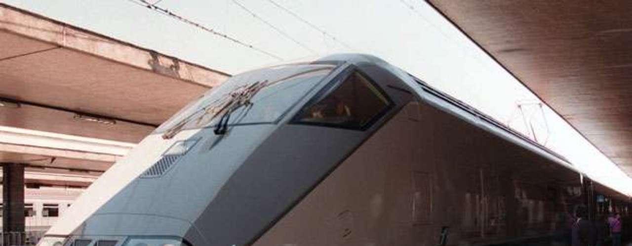 Los italianos viajan en los trenes de alta velocidad conocidos como los ETR 500. Italia se destaca en la actualidad como el país que tiene una de las redes más extensas de Europa, con más de 1.320 kilómetros de líneas de trenes bala.