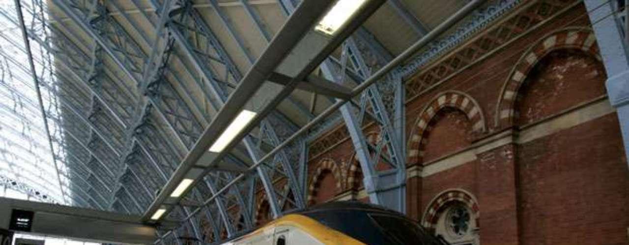 Eurostar es el servicio ferroviario de alta velocidad prestado por Eurostar Group y que comunica a las ciudades europeas de Londres con París y Bruselas a través del túnel del Canal de la Mancha. Los trenes circulan a una velocidad de 300 km/hr., excepto en el túnel que atraviesa el Canal de la Mancha, también conocido como Eurotúnel, donde lo hacen a 140 km/hr.