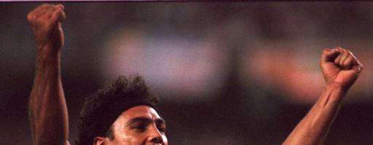 El delantero mexicano Hugo Sánchez, es una de las máximas figuras del fútbol mexicano, por eso en Terra hemos querido rendirle un homenaje en su cumpleaños número 54 y recordar su brillante carrera que tuvo en Real Madrid durante los siete años que permaneció en el club 'merengue'
