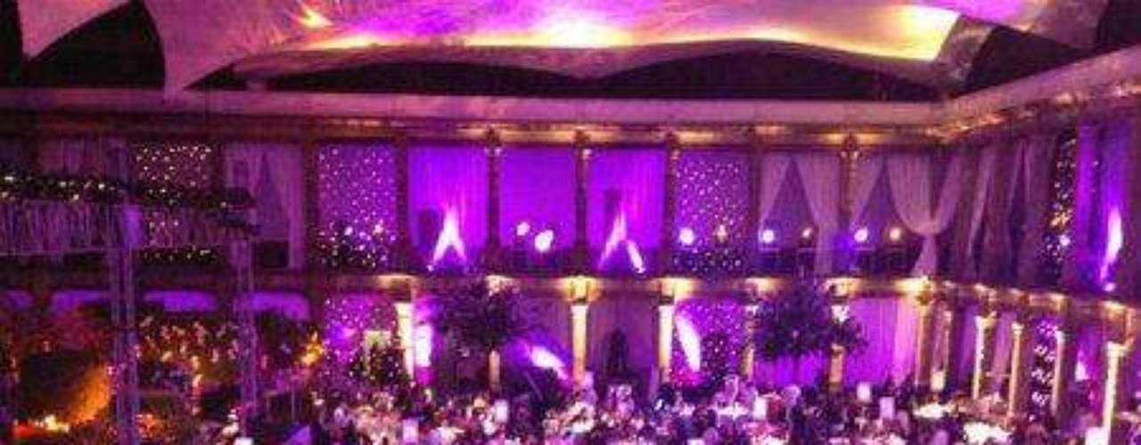 Noten que la decoración del Claustro de Sor Juana en la Ciudad de México era de lo más romántica, en tonos rosados pálidos y lilas...Síguenos en:     Facebook -   TwitterEugenio Derbez y Alessandra Rosaldo se dieron el 'sí'FOTO: El regalo de Eugenio Derbez a Alessandra Rosaldo en su boda: ¡Tremenda motocicleta! '