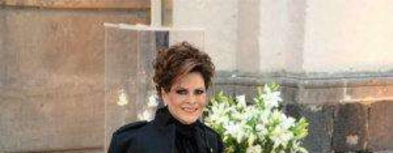 La primera dama de la farándula de Televisa y esposa de Vicente Fernández Jr. fue de las más elegantes, aunque este no era un vestido, sino un pantalón.Síguenos en:     Facebook -   TwitterEugenio Derbez y Alessandra Rosaldo se dieron el 'sí'FOTO: El regalo de Eugenio Derbez a Alessandra Rosaldo en su boda: ¡Tremenda motocicleta! '
