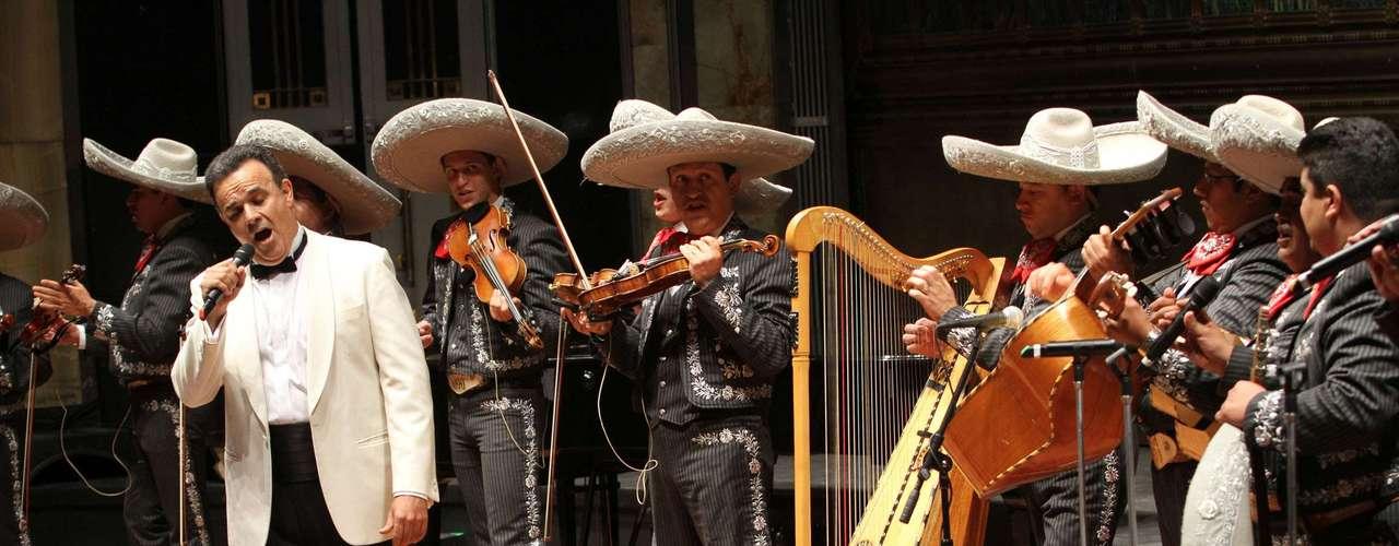 El tenor Fernando de la Mora acompañado de la Orquesta Sinfónica de Bellas Artes cantó en la memoria de Antonio Aguilar.