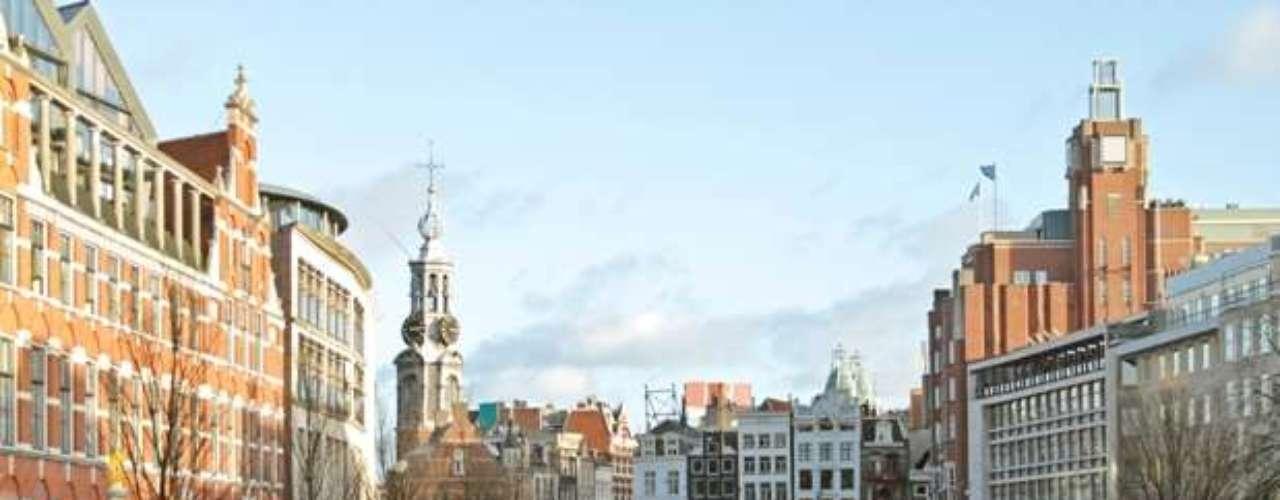 Ámsterdam ocupa el segundo lugar. La ciudad holandesa está situada entre la bahía del IJ al norte y a las orillas del río Amstel al sureste. Fue fundada en el siglo XII como un pequeño pueblo pesquero. Sin embargo, en la actualidad es la ciudad más grande del país, y un gran centro financiero y cultural de proyección internacional.