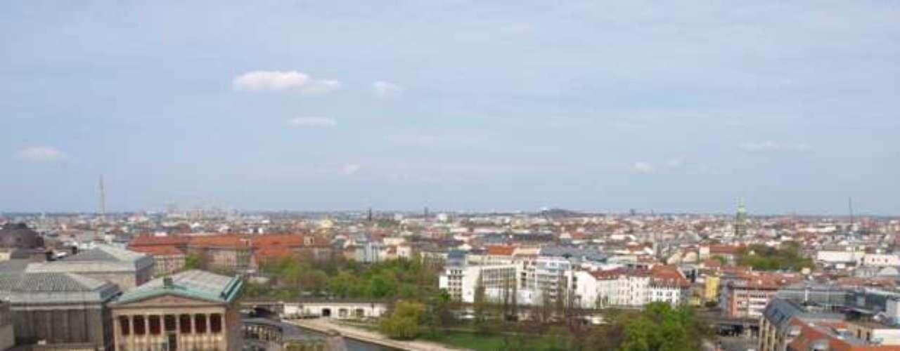Berlín es una ciudad mundial y un centro cultural y artístico de primer nivel. Es una de las ciudades más influyentes en el ámbito político de la Unión Europea y en 2006 fue elegida Ciudad Creativa por la UNESCO. La capital alemana ocupa el puesto siete en el ranking de The Economist.