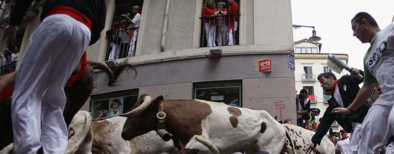 Un toro rezagado, de la ganadería gaditana de Cebada Gago, convirtió en peligroso el tercer encierro de los sanfermines, que ha sido el más largo y el más accidentado, con siete heridos en total. Dos británicos con cornadas y dos estadounidenses entre heridos del encierro de este lunes.