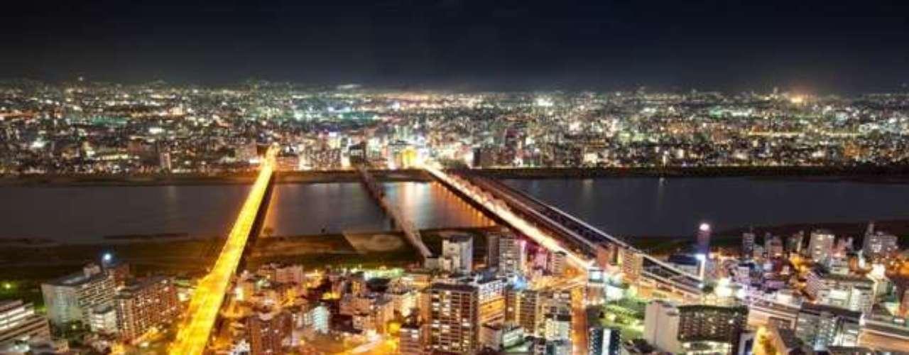 Osaka, que ocupa el tercer lugar del ranking, es la segunda mayor ciudad de Japón, después de Tokio. Se encuentra ubicada en la isla principal de Honshu, en la desembocadura del río Yodo en la bahía de Osaka.
