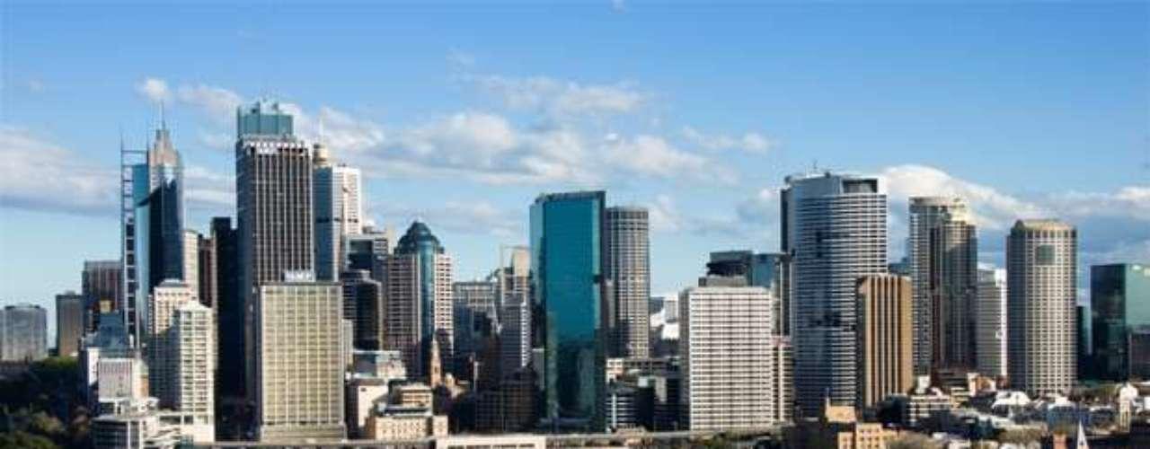 Sidney es una de las ciudades más multiculturales del mundo, y se refleja en su rol de principal destino para inmigrantes de Australia. De acuerdo con un estudio de Mercer sobre el costo de vida, Sidney resultó ser la ciudad más cara de Australia y la número 15 a nivel mundial. Ocupa el quinto puesto de las ciudades con mejor calidad de vida del mundo.