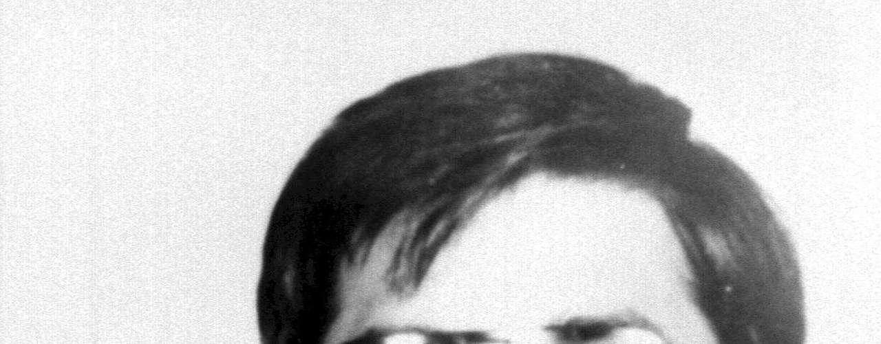 """JOHN LENNON. La muerte del ex-Beatle no solo significó el fin de una era, la desaparición de un héroe, sino el nacimiento de los """"fans obsesivos"""". Mark David Chapman, seguidor de los Beatles desde su adolescencia, viajó a Nueva York en 1980 con un solo objetivo: matar al líder del cuarteto de Liverpool. El 8 de diciembre de ese año, esperó pacientemente a Lennon en las afueras del edificio Dakota por un autógrafo, pero no contento con haber obtenido la firma del Beatle, lo esperó en ese lugar hasta la noche. Cuando Chapman vio a John le dijo: """"¡Mr. Lennon!"""" y le descargó 7 balazos. Actualmente Mark lleva 32 años en prisión, el año pasado volvió a pedir su libertad, pero ésta le fue negada."""