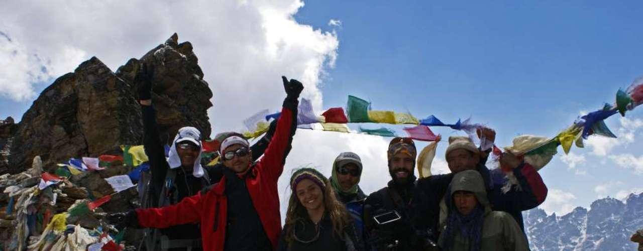 """""""Existe un lugar donde aún es posible la completa felicidad"""". Con esta intrigante premisa, la periodista Sol Leyton dejó la comodidad y el ruido de Santiago para embarcarse en el viaje de su vida: un recorrido de dos meses por dos países poco conocidos de Asia: Nepal y el Reino de Bután."""