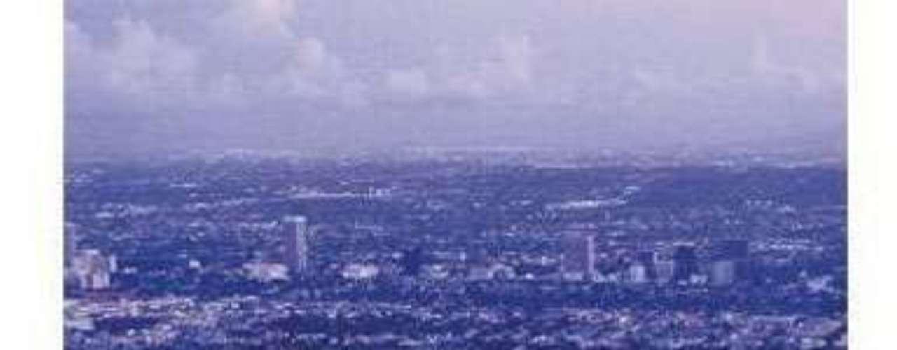 Esta mansión fortificada ubicada en Los Ángeles, parece una obra arquitectónica sacada de la ciencia ficción,  levantada por la compañía SAFE (Entornos estratégicamente blindados y fortificados, por sus siglas en inglés) posee dos salas de pánico y las habitaciones pueden ser bloqueadas en cuanto se gira la perilla de una puerta, avaluada en $5.9 millones de dólares.