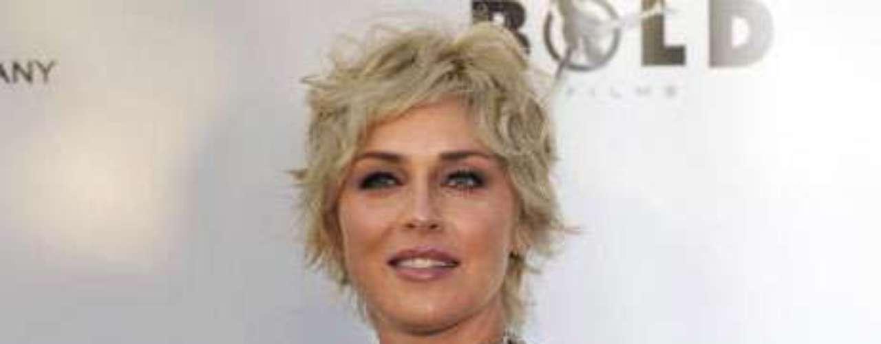 Sharon Stone. Esta estrella no es solo conocida por sus grandes papeles en el cine, también es recordada por sus excéntricas vestimentas que han despertado la ira de la organización  que defiende a los animales. PETA pidió hace varios años \