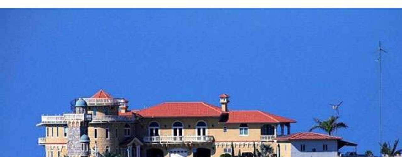 Puerto Rico también cuenta con una fortaleza de estas características, es el Castillo Rincón, ubicado en Palatine Hills, tiene un costo de $ 4,8 millones de dólares. Sus ventajas son innumerables al encontrarse en lo alto de una montaña con vista panorámica, hecho que le permite tener una defensa de primera línea. Fachada en piedra, una torre de vigilancia y dos generadores eólicos con 34 paneles solares para producir energía son algunas de sus ventajas adicionales en cuestión de seguridad y protección.