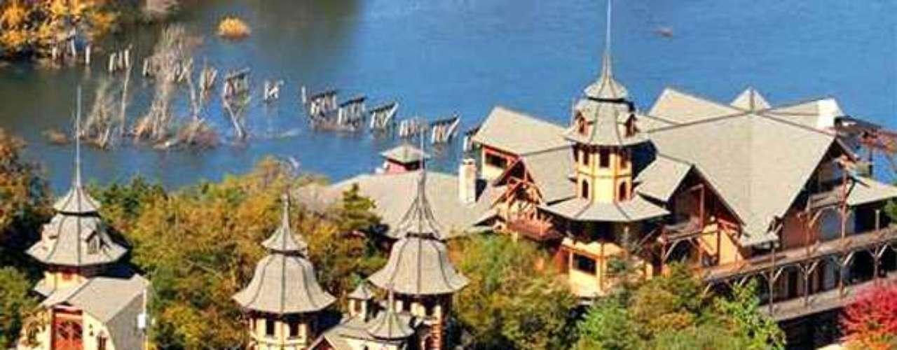 En Eureka Springs, Arkansas, se ubica el castillo Rogue's Manor que cuesta 1,8 millones de dólares. Con 15.000 metros cuadrados, esta edificación se ubica en lo alto de una montaña con vista a White River; se encuentra aislado del mundo y su mayor ventaja en caso de un ataque zombie son sus dos torres de vigilancia y sus altas estructuras para la visualización y defensa, al mejor estilo medieval.