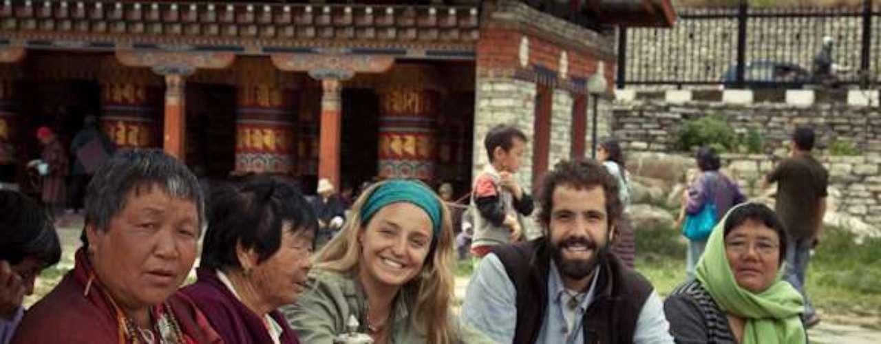 """Conoceremos su forma de vida y las razones que han hecho que este pueblo sea considerado: """"la gente más feliz del mundo"""". Subiremos a las alturas del Himalaya: un lugar cerca del cielo, donde el tiempo se detiene, transitando entre senderos que enseñan de sacrificio y superación."""