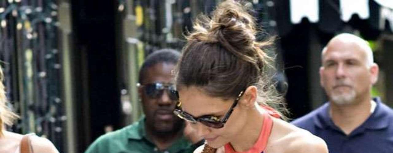 Allegados a la pareja Holmes-Cruise señalaron a distintos medios de comunicación que la heredera del actor extraña a su padre después de que los famosos se separaran.