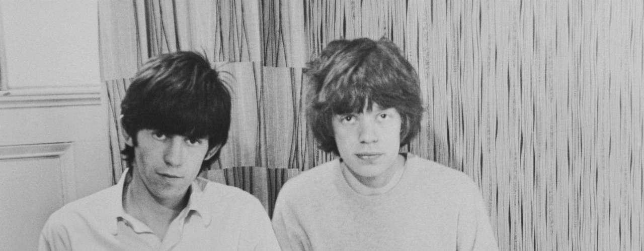 1960: Mick Jagger y Keith Richards, dos jóvenes estudiantes y amigos de infancia, se rencontraron y descubrieron una sintonía musical en la estación de metro Dartford, en Londres.